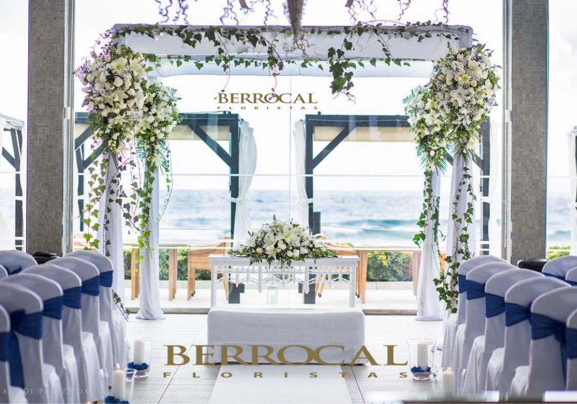 Imagen frontal. Decoración floral para Jupá / Palio nupcial , ceremonia boda. Romanticismo a pie de playa!