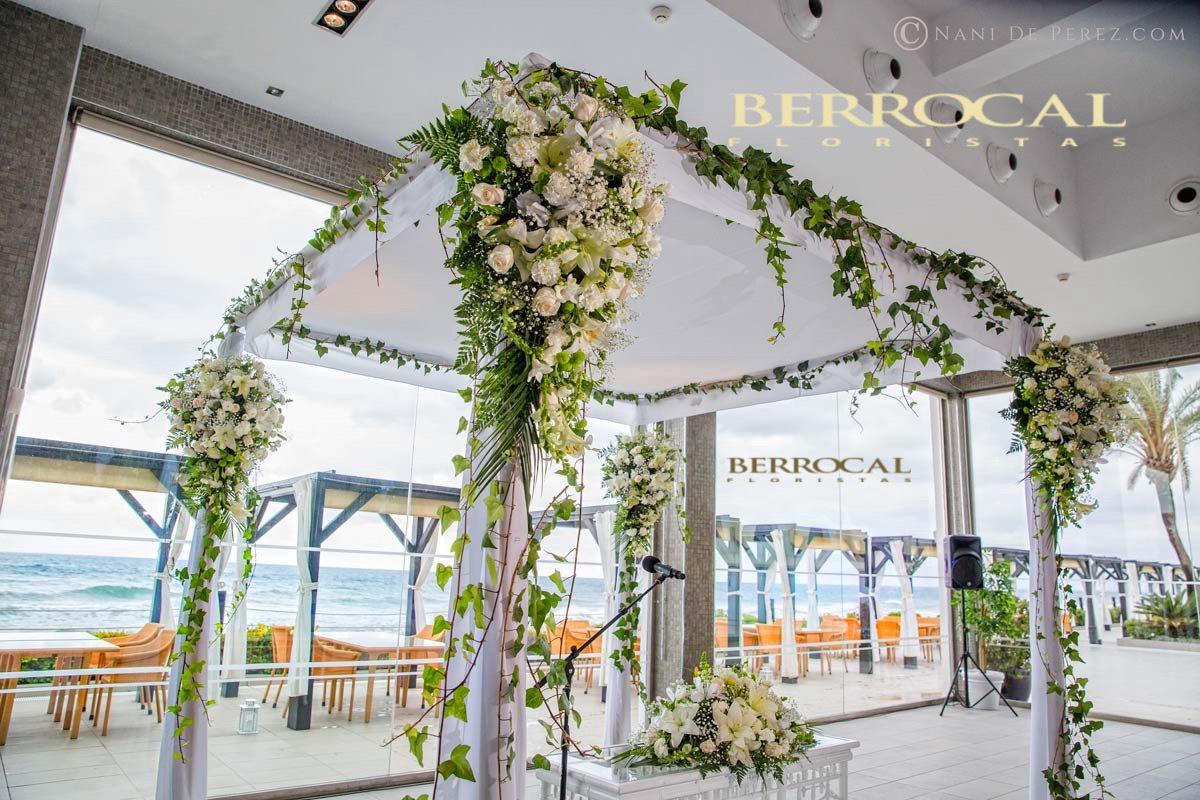 Imagen lateral. Decoración floral para Jupá / Palio nupcial , ceremonia boda. Romanticismo a pie de playa!