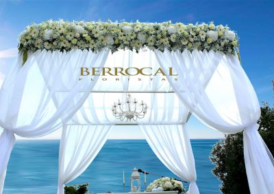 Decoración floral. Ceremonia de boda junto a la playa.