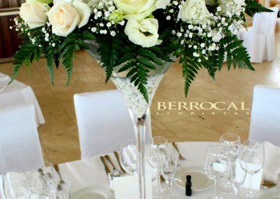 Centro mesa, Copa Martini. Hortensias, rosas, Lilium, lisiantus, colores blanco y marfil .