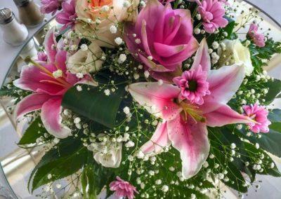 Centro de mesa.  Lilium rosa. Lisianthus. Rosas. Paniculata. Margaritas. Verdes.