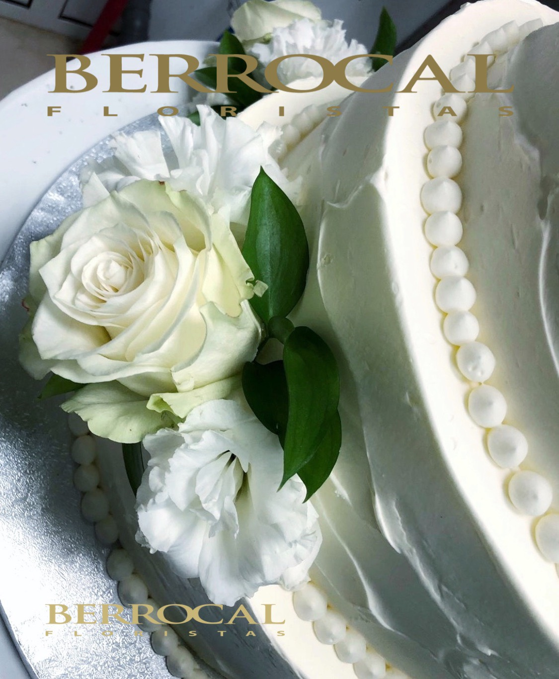 Tarta decorada con flores blancas. Rosas y Lisianthus.