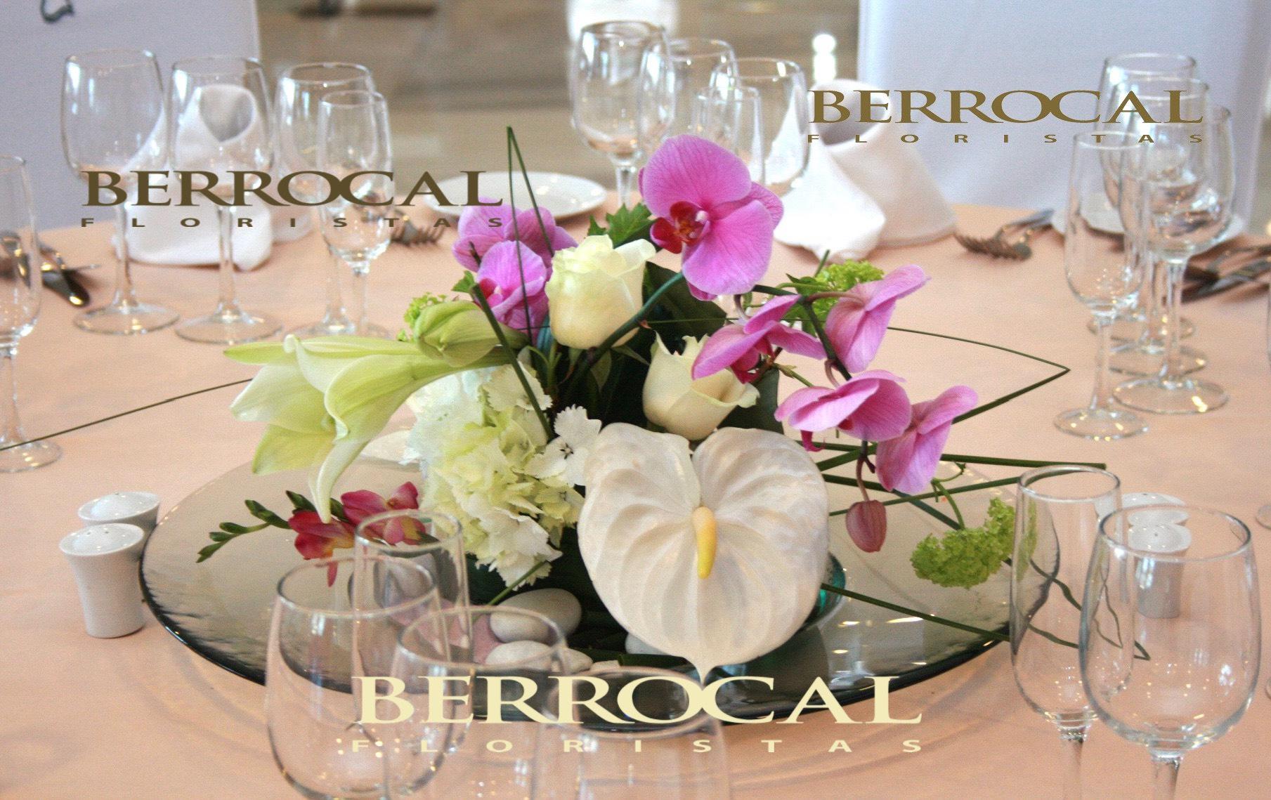 Centro de mesa.  Orquídea phalaenopsis malva. Anturium blanco. Rosas. Longiflorum. Hortensias. Viburniun