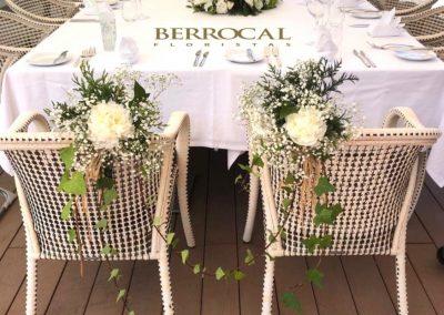 Mesa principal, centro floral y decoración de sillas de los novios .  Hortensias. Liliums. Rosas. Lisianthus. Verdes.