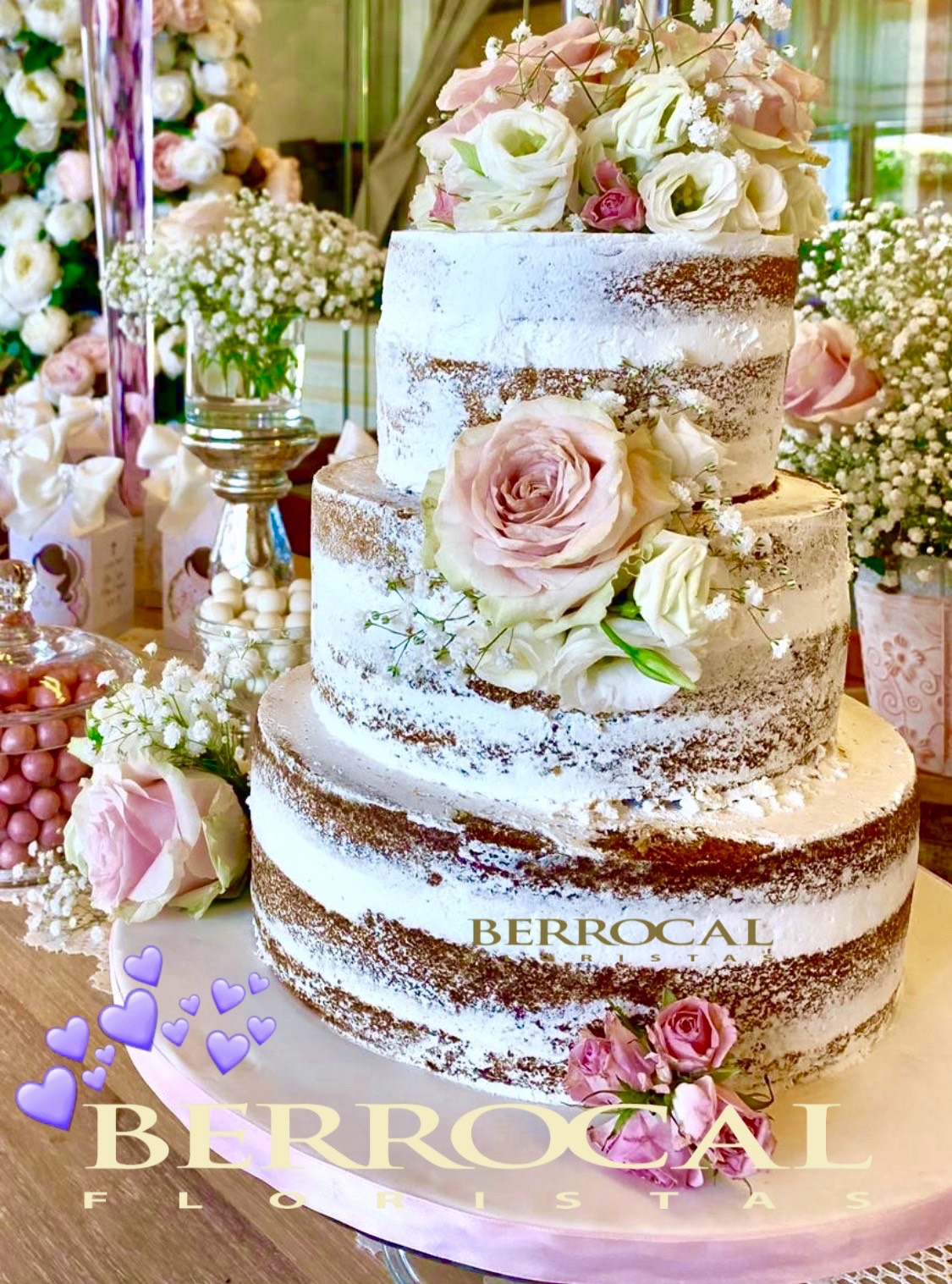 Tarta decorada con flores rosadas. Rosas. Lisianthus y Paniculata.