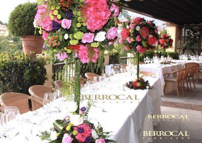 Mesas en terraza, composiciones florales.  Hortensias fucsias. Rosas. Lisianthus. Hypericum. Hoja de Aralia. Viburniun.