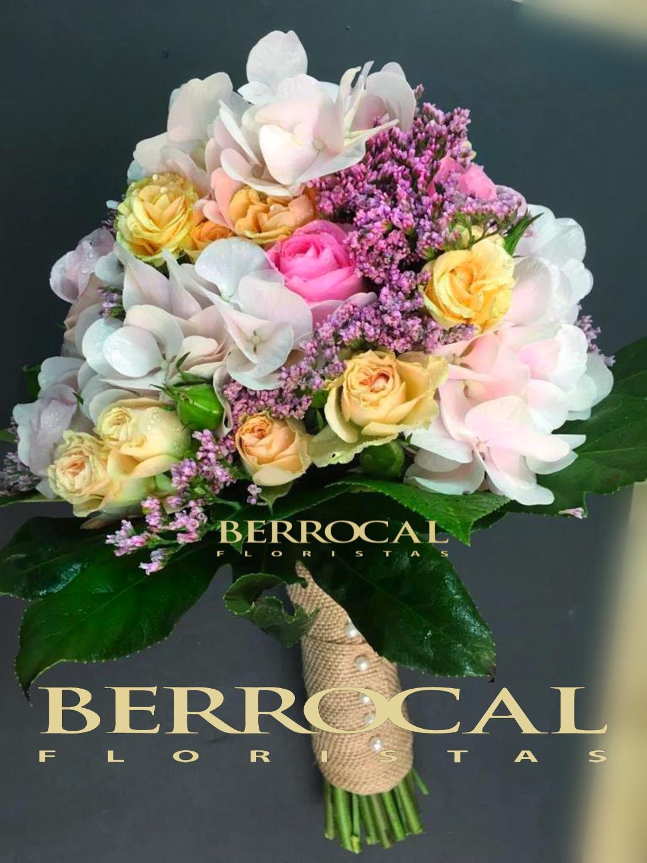 Ramo de novia, con hortensias, rosas spray, limonium y hojas verdes. Ramo personalizado y se puede hacer para que coincida con los colores de su boda.