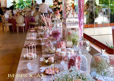 Comunión de niña.  Decoración floral, bufé y mesas de comensales.