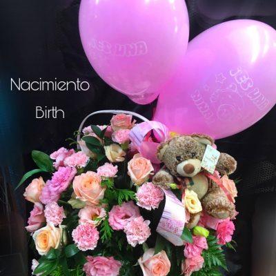 """Cesta con flores cortadas variadas. Rosas """" Pink Mundial """". alstronerias, lisianthus, clavel ramificado. Osito de peluche y globos"""