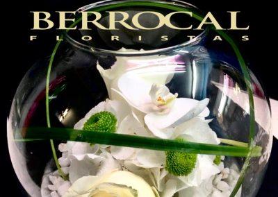 Composición en bola de cristal, con rosas, Orquídea, Grass.