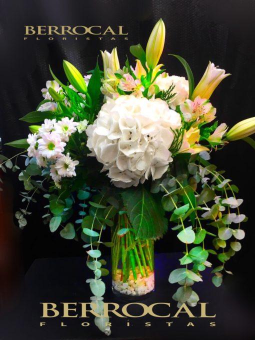 Composición de flores. Elegante y delicada. Con Liliums orientales, Alstromerias, Hortensias, Eucalipto. En jarrón de cristal.