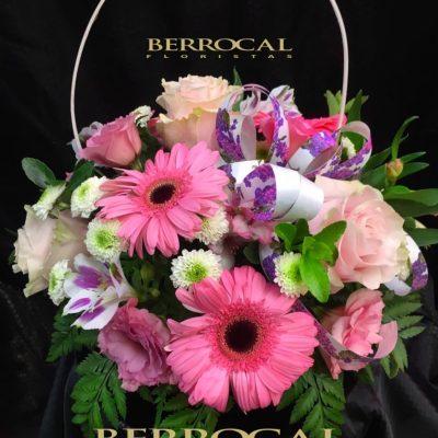 Arreglo flor variada, en cesta. Con gerberas, lisianthus, rosas, margaritas Daisy.
