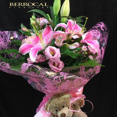 Ramo variado, tonos rosados, con liliums stargazer, lisianthus y margaritas. Con osito de peluche.