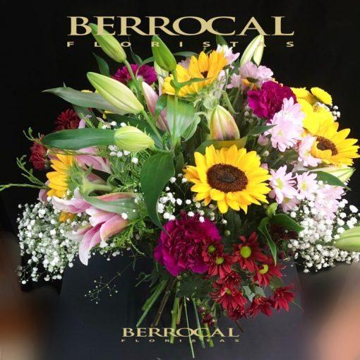 Ramo con girasoles y flores variadas,rojos rosados y amarillos, con verdes.