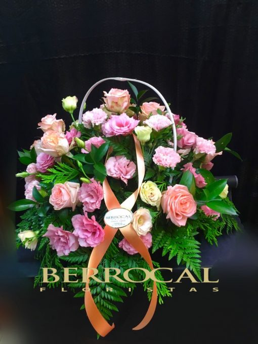 Cesta de flores cortadas, variadas. Con rosas, alstronerias, lisianthus, clavel ramificado.