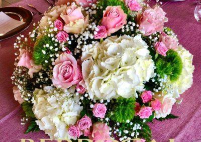 Comunión de niña.  Centro de mesa, con Hortensias blancas y rosas color rosa.