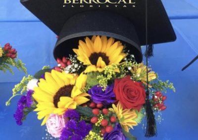 Fiesta de Graduación!  Composición floral, multicolor, flor variada y birrete.