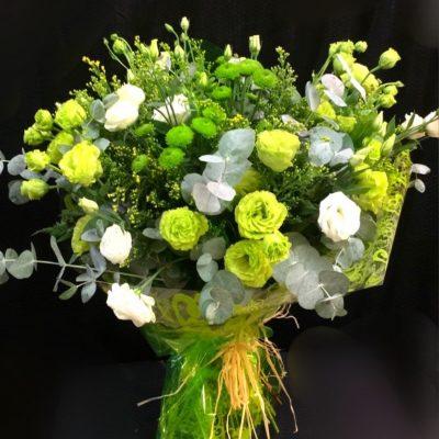 Ramo flores variadas, blancas y verdes.