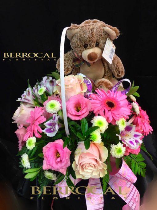 Arreglo flor variada, en cesta. Con gerberas, lisianthus, rosas, margaritas Daisy. Y un osito de peluche.