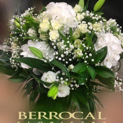 Ramo variado, en tonos blancos. Con Hortensias. Lilium Oriental. Rosas spray. Lisianthus.