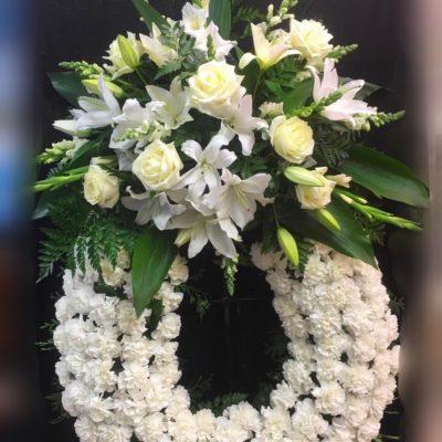 Corona funeral, flores blancas.