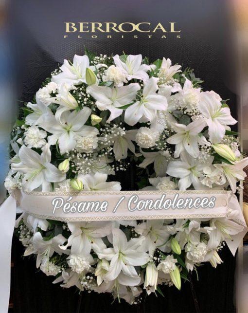 Corona funeral de Lilium Oriental blanco . Cinta e inscripción a su elección.