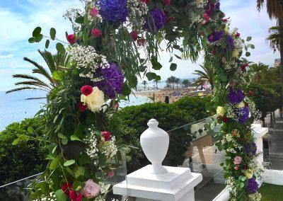 Arco floral con color! Ceremonia de boda.  Hotel El Fuerte!