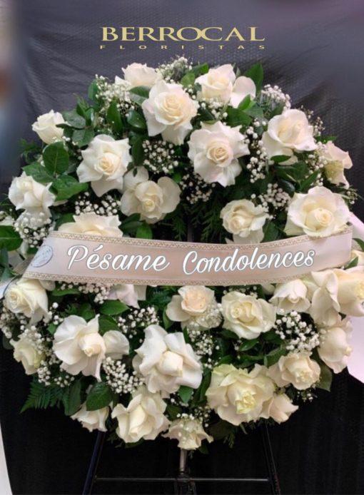 Corona funeral de rosas blancas. Cinta e inscripción a su elección.