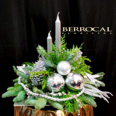 Centro de mesa navideño plata. Verdes naturales, decoración plateada y velas.