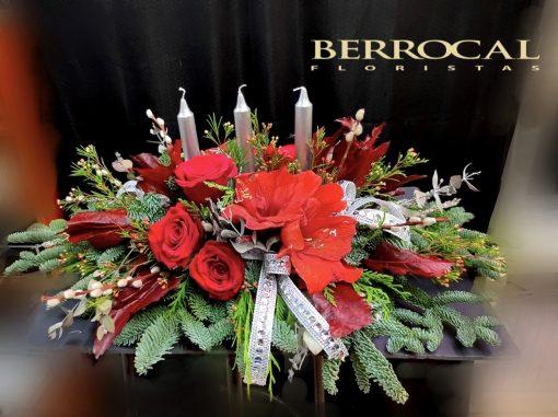 Centro Natural de Navidad. Con ramas de abeto y verdes naturales, rosas, amarilis, velas y decoración.