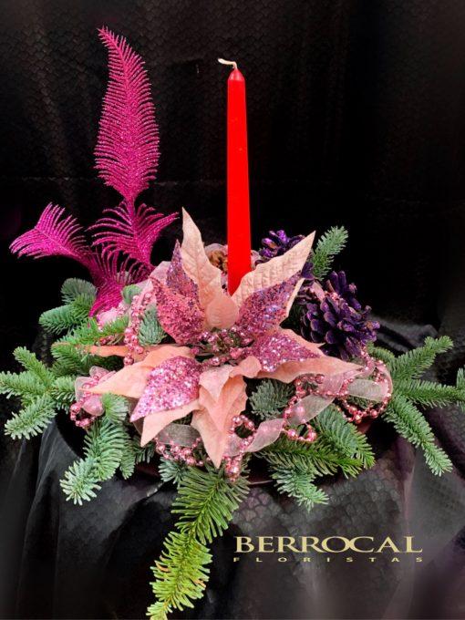 Centro de mesa, con ramas de abeto y naturales, piñas y decoración navideña.