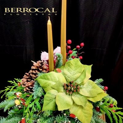 Centro de mesa navidad. Con verdes naturales, velas y decoración navideña.