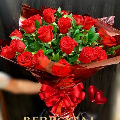 18 Rosas rojas, tallo largo. Presentación romántica.