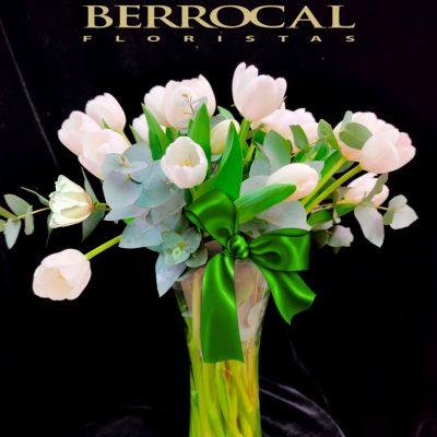 Composición de tulipanes blancos en vaso de cristal.