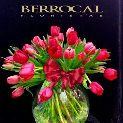 Composición de tulipanes rosa,en esfera de cristal