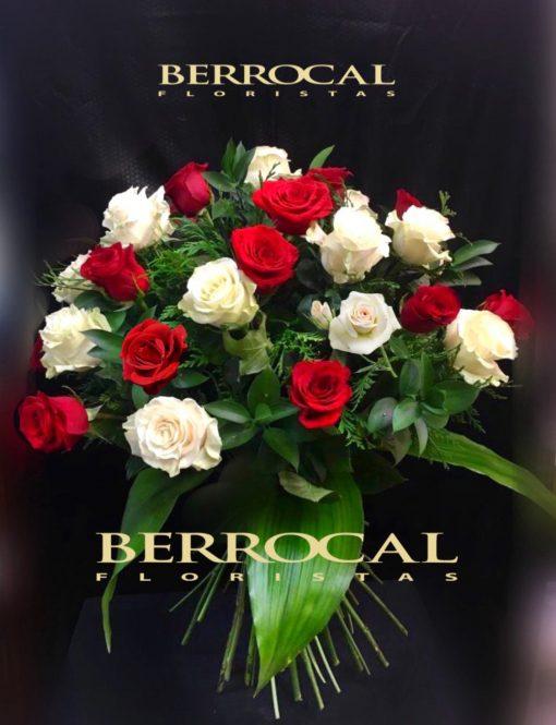 Ramo de 24 rosas tallo largo, blancas y rojas y elegantes verdes.