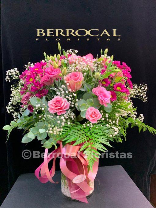 Composición floral rosada, en jarrón de cristal.